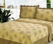 Декоративное покрывало и подушки с цветочным рисунком