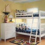 Деревянная двухэтажная кровать белого цвета