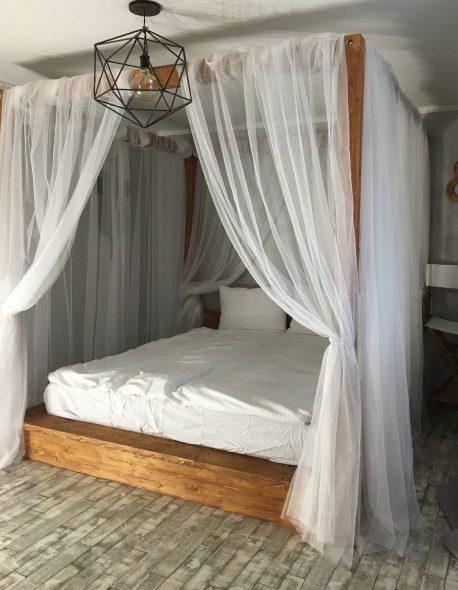 Деревянная кровать с легким балдахином