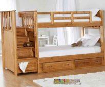 Деревянная кровать в два яруса с удобной лестницей
