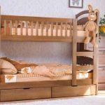 Две одинаковые кровати, поставленные одна на другую