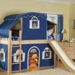 Двухъярусная кровать с дополнениями используется как игровой домик и полноценное место для сна
