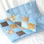 Голубое одеяло с разноцветными вставками в стиле пэчворк