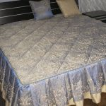 Голубое стеганое покрывало на двуспальную кровать