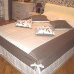 Комбинированное покрывало и декоративные подушки для кровати