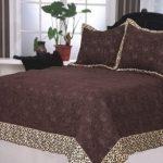 Коричневое покрывало и подушки с декором