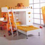 Красивая двухъярусная кровать со стеллажами и столом