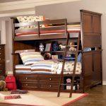 Красивая кровать для подростков из натурального дерева