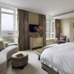 Красивая спальня в спокойных тонах с большим количеством мебели