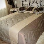 Красивое двухцветное покрывало на кровать