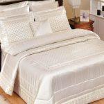 Красивое и романтичное атласное покрывало для кровати