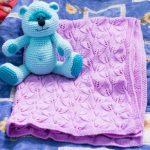 Красивый нежный плед с игрушкой-медвежонком для принцессы