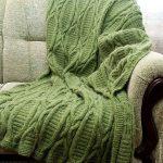 Красивый плед, вязанный спицами, зеленого цвета