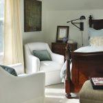 Кресла для отдыха у окна в спальне