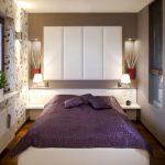 Кровать в узкой спальне с двумя окнами