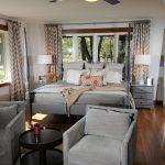 Кровать возле окна и кресла для чтения в небольшой спальне