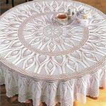 Круглая ажурная скатерть белого цвета
