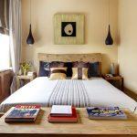 Маленькая спальня с минимальным набором мебели - кроватью, тумбочками и комодом