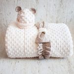 Мягкое одеяло с интересной текстурой в комплекте с шапочкой
