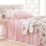 Нежно-розовое покрывало для романтической спальни