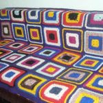 Плед-покрывало на диван из вязанных квадратных мотивов