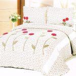 Покрывало на кровать с мелким цветочным рисунком и крупными декоративными цветками
