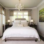 Расположение кровати в маленькой спальне с двумя окнами