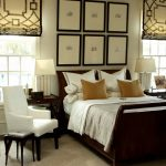 Расположение кровати в спальне с двумя окнами