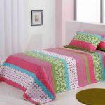 Разноцветное полосатое покрывало в спальню