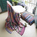 Разноцветные плед и подушка из остатков пряжи