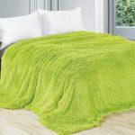 Салатовое меховое покрывало на кровать