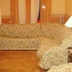Самодельное покрывало на угловой диван в гостной