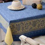 Сине-желтая скатерть с орнаментом для квадратного стола