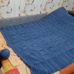 Синий вязанный плед-покрывало большого размера подойдет на кровать или диван