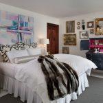 Спальня в стиле шебби-шик с необычным комодом