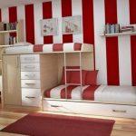 Светлая двухъярусная кровать в комнате с контрастными стенами
