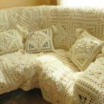 Светлое вязанное покрывало ручной работы на диван