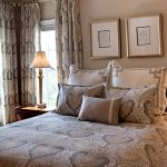 Текстиль спальни выдержан в одном стиле и одной цветовой гамме