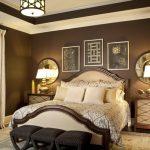 Традиционная кровать с мягкими быльцами с симметричным расположением мебели