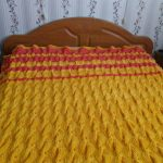 Яркий желтый плед-покрывало на кровать