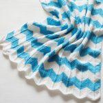 Бело-голубой плед волнами