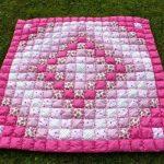 Бело-розовое одеяло с ромбами в технике пэчворк
