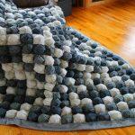 Большое бело-серое одеяло в технике бонбон для большой кровати или дивана