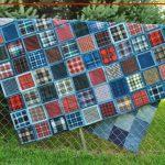 Большое и прочное покрывало из джинсов и разноцветных квадратов для дачи