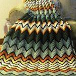 Большой и яркий плед зигзагами из разноцветной пряжи