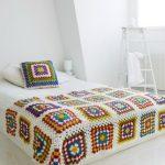 Большой плед на кровать с цветочными узорами в квадратах крючком