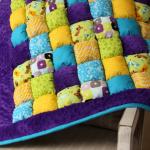 Бонбон-одеяло с детскими рисунками с фиолетовым плюшевым ободком