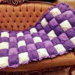 Красивое бело-фиолетовое одеяло-покрывало в технике бонбон