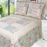 Красивое одеяло в стиле пэчворк на двуспальную кровать