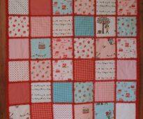 Красивое одеяло в стиле пэчворк с оригинальными детскими рисунками